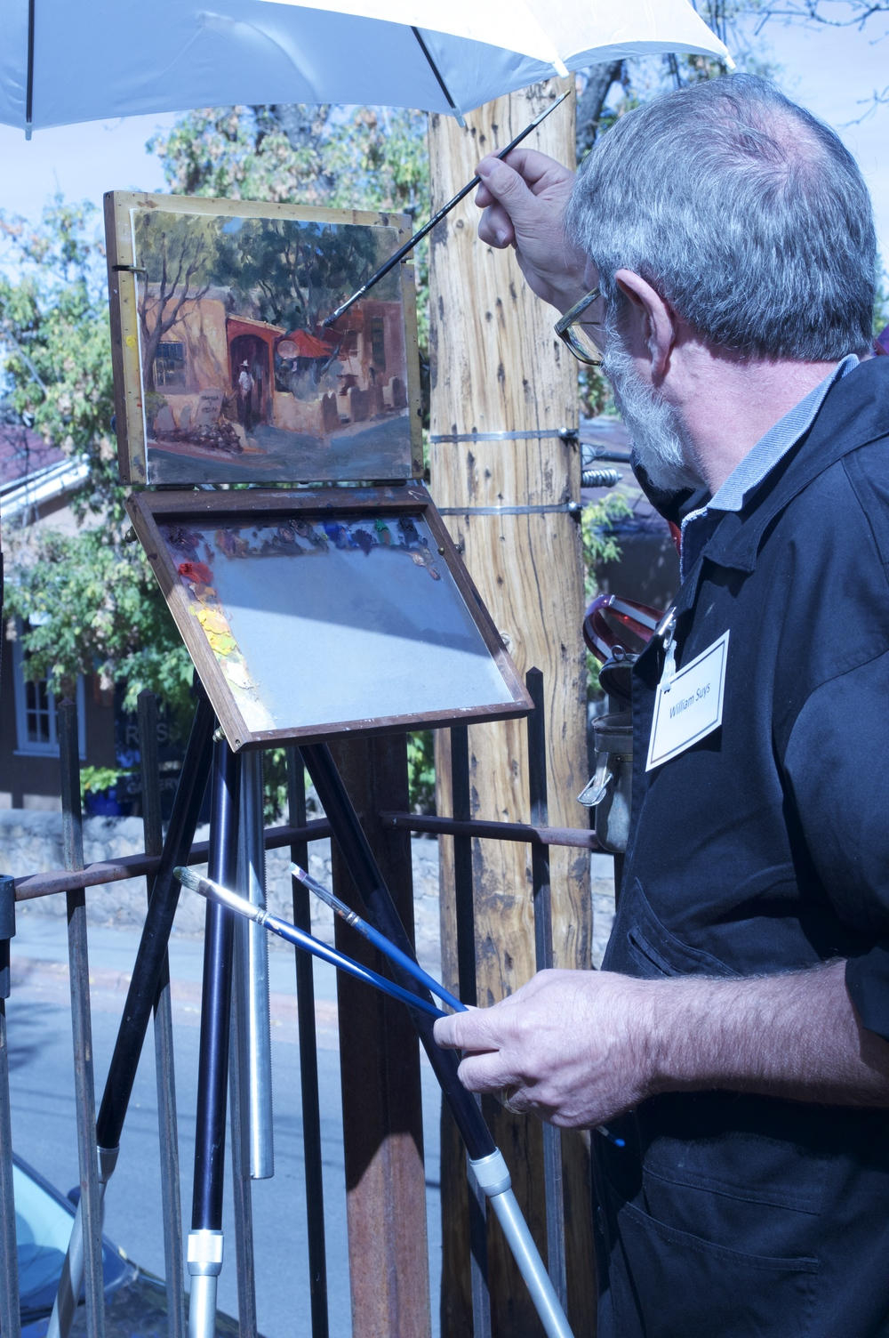 Painter Bill Suys working on gorgeous vignette of Canyon Road in oil paint.
