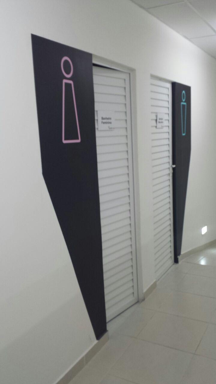 Pintura de portas do estúdio Vai que Cola