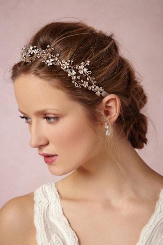 tão de moda nos dias de hoje, um adorno fantástico para a cabeça. Confesso-vos que olhando para alguns, atrevo-me a dizer que o vestido pode ser, tão só, simples e elegante porque a cebecinha é que reinará.