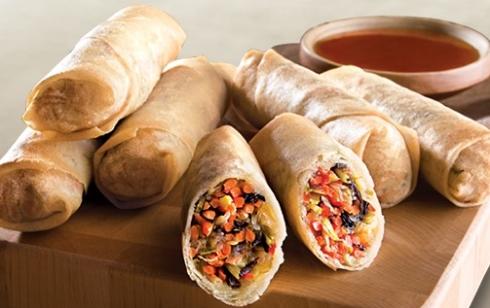 """Tradicionais""""vegetables spring rolls"""" (""""rolinhos primavera"""")."""