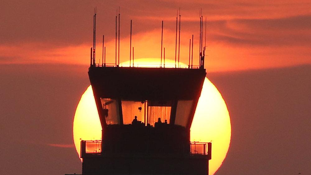 Pôr-do-sol em uma das torres de controle do Aeroporto