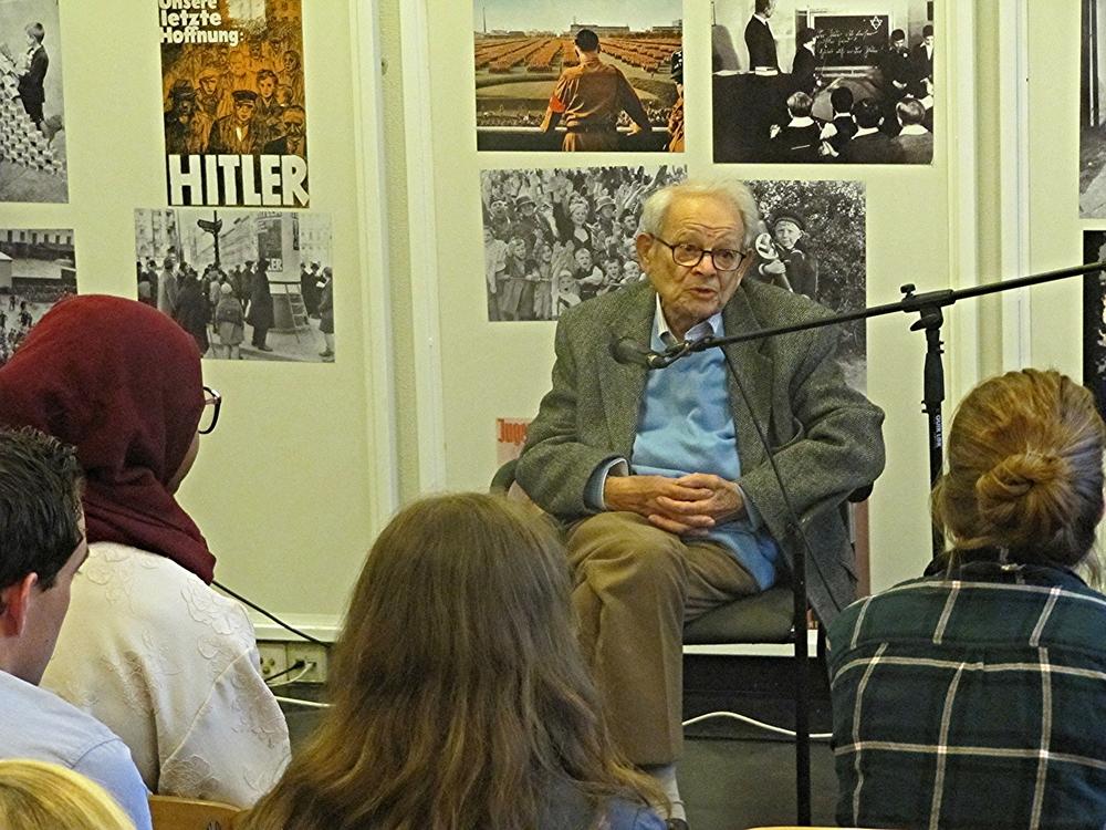 Op 6 mei 2014 heeft Jules Schelvis zijn verhaal tijdens de bijeenkomst Herdenken en Vooruitzien, georganiseerd door Youth and Sobibor en NJR, gedeeld.