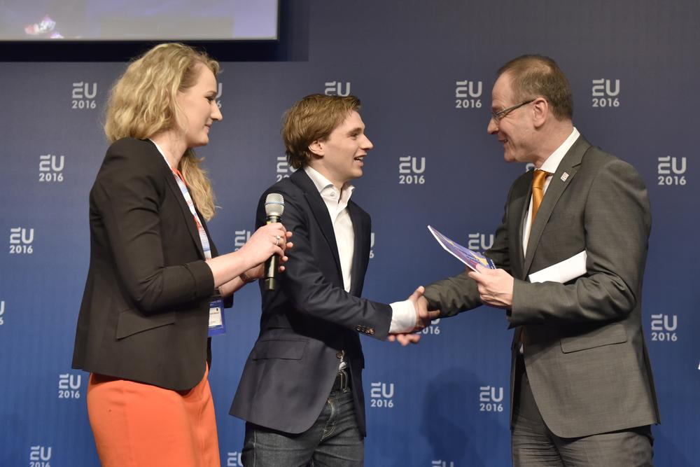 Sjoukje en Tibbe met eurocommissaris Navracsics  Copyright: René Verleg