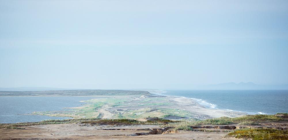 Между Охотским морем и заливом. Справа видны горы «Три брата»
