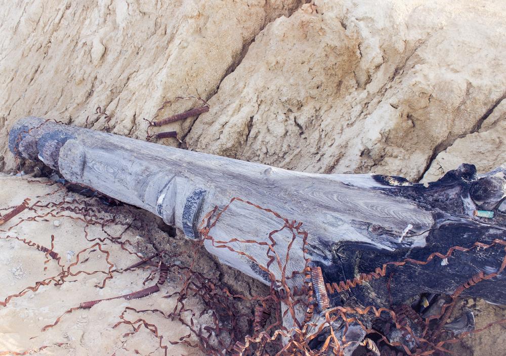 Стоял годы шаманский тотем на берегу, внезапно кто-то его поджег, затем сбросил с обрыва. Христиане-фанатики? :)