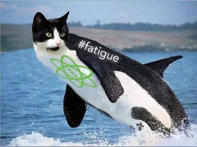 """Plüschiger Orca mit Katzenkopf und der Aufschrift """"#fatigue"""" sowie dem React Amsterdam Logo."""