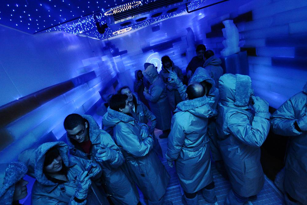 Lançamento do concurso com uma festa para influenciadores em um bar feito de gelo.