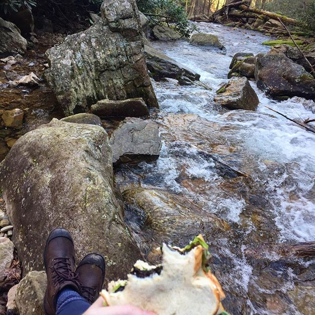 Righty-o, streamside sandwich time 🥪 #gemgirlhikes #gemgirleats #traillunch #riverrocks