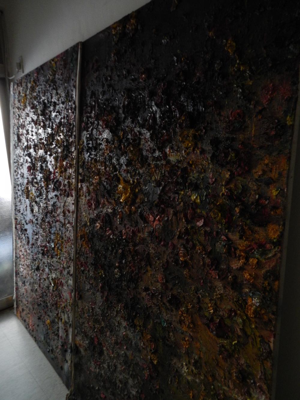 創作論述:透過現場撿拾的現成物來製作作品,用油彩濃烈的筆觸來表現對於此次學運的情緒,最後讓這件作品陳列於黑色衣物之上。  創作媒材:油彩、畫布、黑色衣物、太陽花 作品尺寸:190cm * 250cm