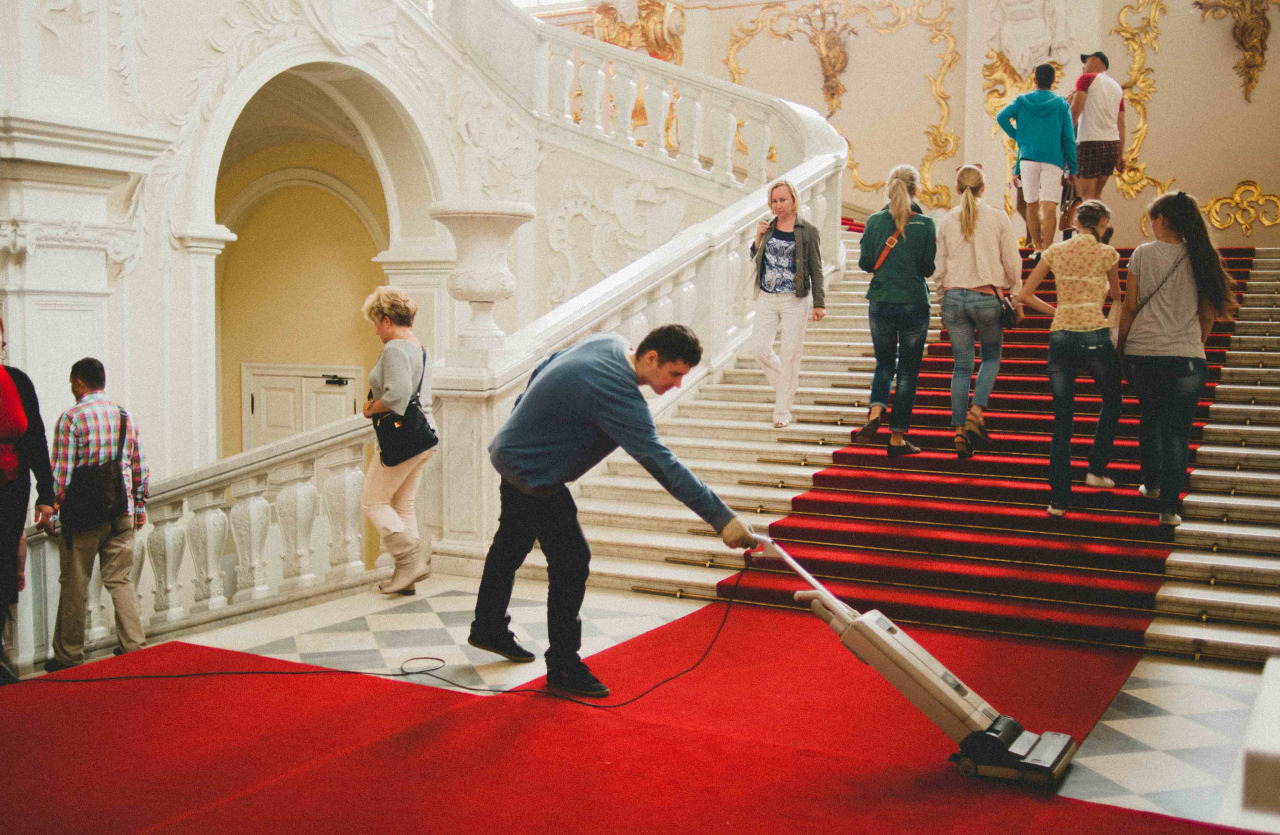 Keeping the red carpet dust free at the Hermitage Museum. More here goo.gl/lYAZ2y