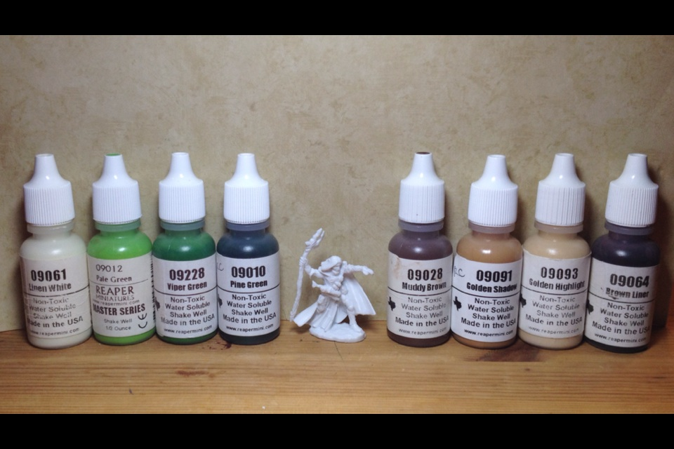 Reaper paints shown [L to R]: Linen White, Pale Green, Viper Green, Pine Green, Muddy Brown, Golden Shadow, Golden Highlight, Brown Liner