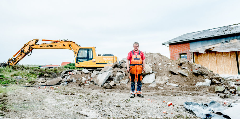 This man – wrapped in a 20-ton excavator – just tore down a third of Ørhagevej 84.