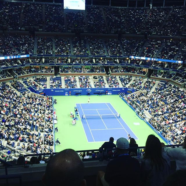Sportsing is happening! 🎾🤸‍♂️🎉and @venuswilliams is kicking ass in the second set and it's a perfectly incredibly gorgeous night ✨💫 #usopen #newyorkiloveyou #tennis #sportswithfriends #venus