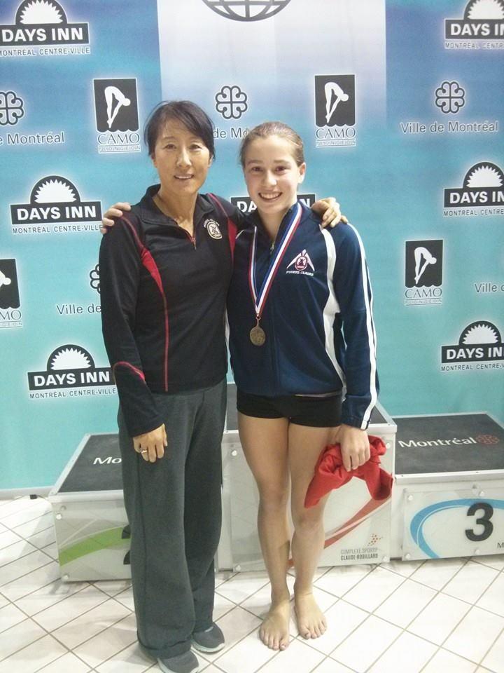 Mia Doucet-Vallée et l'entraîneure-chef du Club de plongeon Pointe-Claire, Yihua Li.