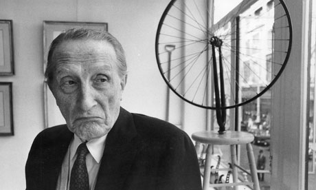 "Marcel Duchamp en 1968 con su obra ""Bicycle Wheel"""
