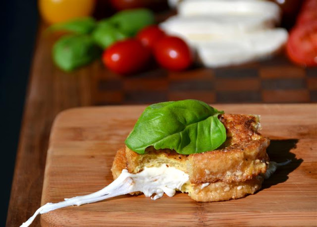 Muzzi in Caruzzi (Mozzarella en Carozza) - ButterYum.  how to make italian grilled cheese with mozzarella cheese.