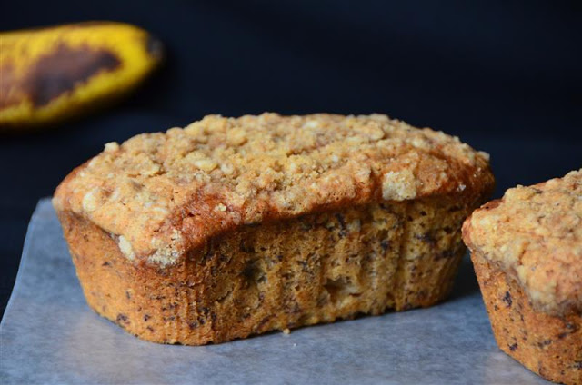Mini Crumb-topped Sour Cream Banana Breads - ButterYum.