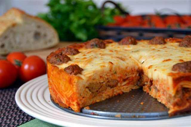 spaghetti and meatball pie recipe. how to make pasta in a springform pan. baked pasta recipe. baked spaghetti and meatball pie.