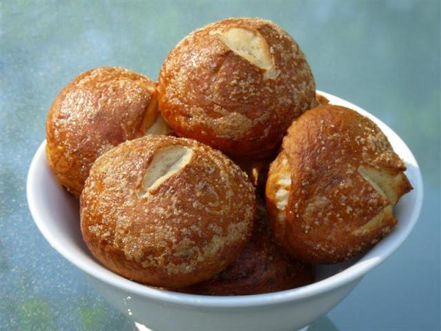 Pretzel Rolls - ButterYum.  how to amke prezel rolls.  pretzel roll recipe.  pretzel bread recipe.