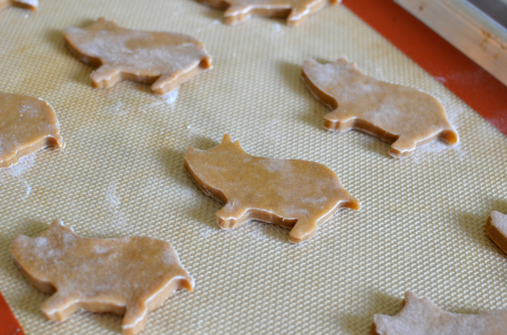 how to make cerditos, cochinitos, marranitos, or puerquitos cookies.  how to photos