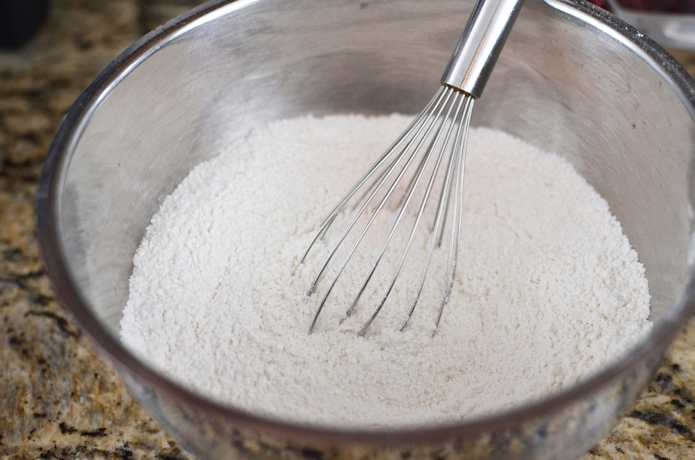 In a medium bowl, whisk together the flour, sugar, baking powder, and salt.