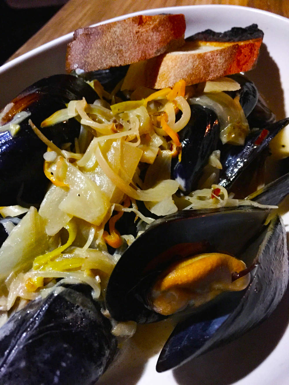 Mussels with white beer, c  rème fraîche, fennel, leeks, charred lemon, and   habañero.