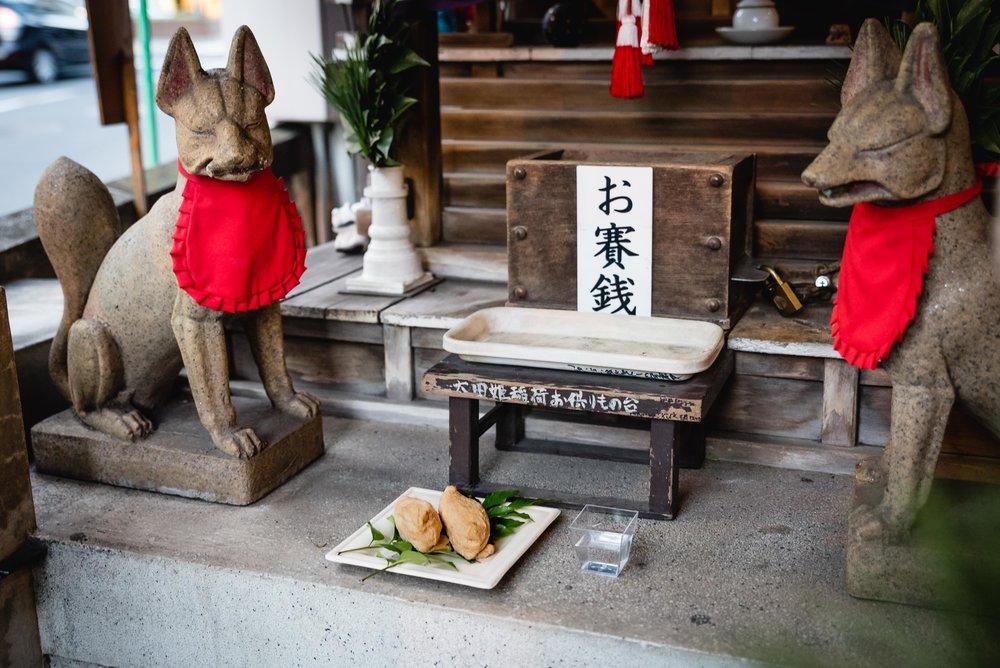 麹町カフェ に隣接する稲荷神社に自家製のいなり寿司と日本酒をお供えするのが毎年恒例の行事