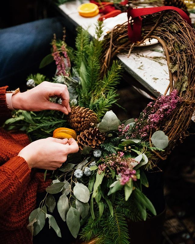 It's happening for the 5th holiday season! ✨🌿✨ Our Holiday Wreath Workshop led by @grandifloramanor will be filled with so much magic - hope you can join us Tuesday, December 11th from 6-9pm. Link in bio for more information and how to confirm your spot. Looking forward to spending the evening with you 💫  Photos by @eeberger from our 2017 holiday wreath workshop