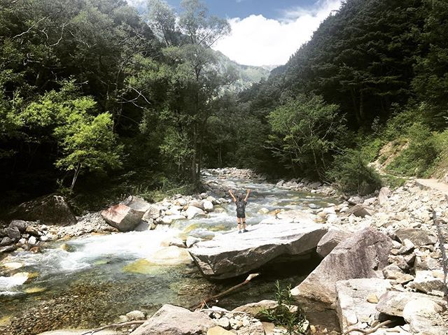 Hiking and conquering mountains with @smithkevinjames . . #travel #japan #hiking #mountains #japanalps #facingfears #livingdreams #holiday #nature #motherearth #trees #outdoors #walks #rei #optoutdoors #river #mountyari #mindblown