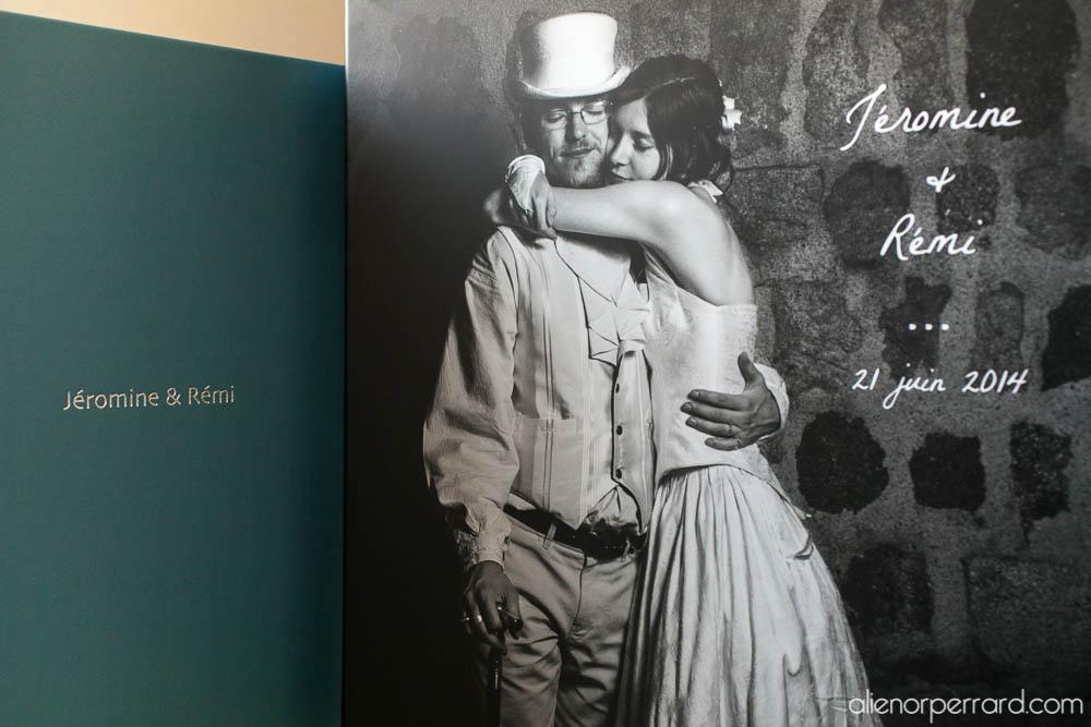 Le livre-photo est contenu dans un coffret personnalisé.