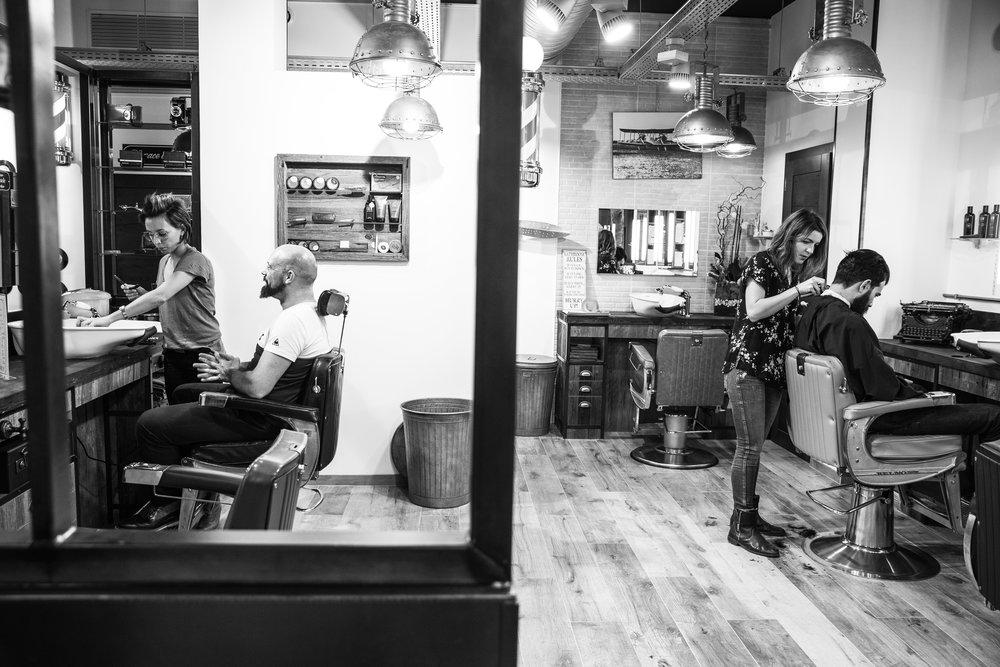 L'Atelier Vintage -1er concept masculin à Lyon- - Dans une ambiance chaleureuse et rétro, Shéhérazade et son équipe vous fera vivre une expérience unique de confort et de bien-être. Messieurs, vous serez divinement accueillis à l'Atelier Vintage avant de vous faire raser à la façon des maîtres-barbiers. Et si vous n'avez pas de barbe, pas de problème, vous serez tout autant chouchoutés lorsuq'on vous proposera une coupe de gentleman ! Vous pouvez également passer pour un moment de détente et de relaxation pour un soin et un gommage. la totale, quoi !