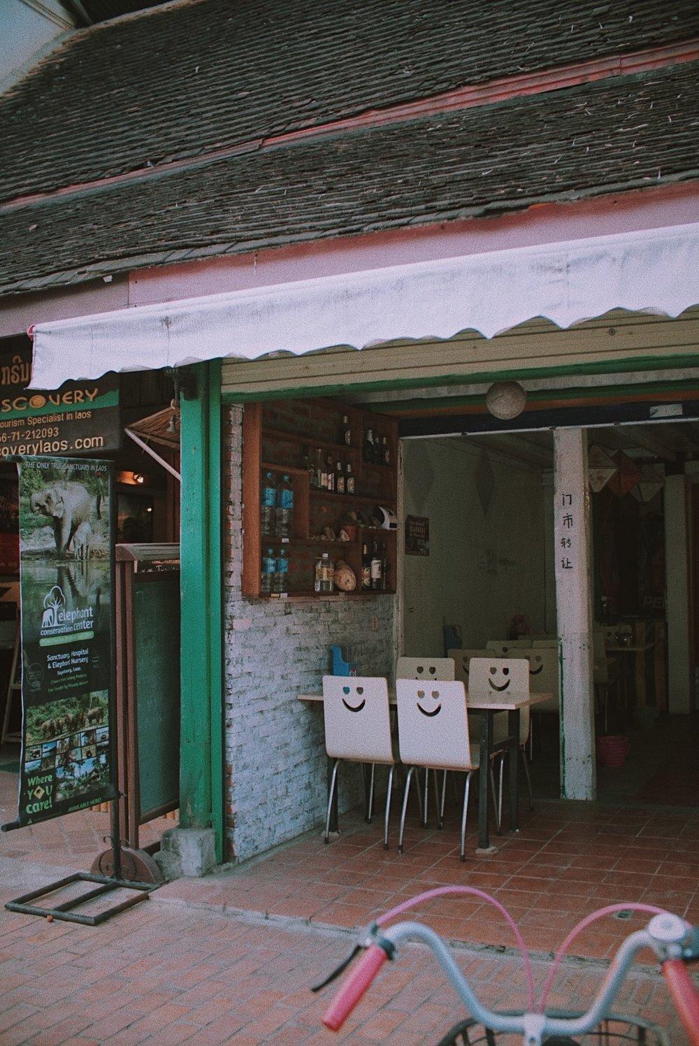 Salah satu bentuk rumah makan sederhana di pusat kota Luang Prabang.  Look at those smiley chairs!!