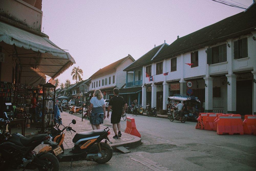Suasana sore hari menuju matahari terbenam di Sisavangvong Road, Luang Prabang.