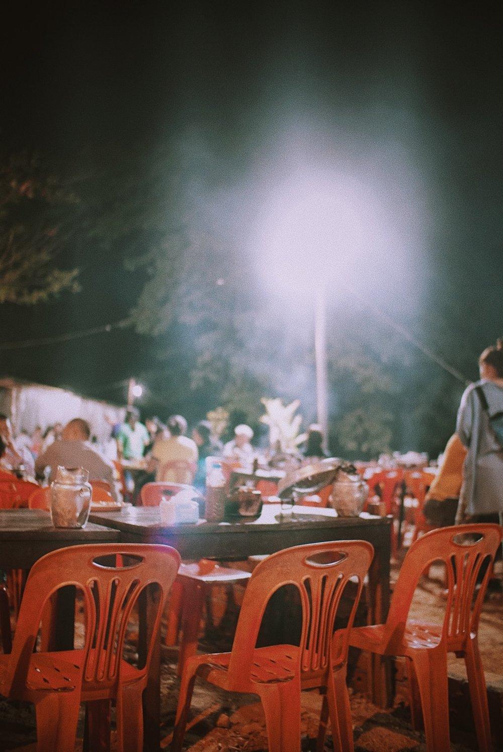 "Sepanjang Khem Khong road, di pinggir Sungai Mekong, ada banyak restoran ""all you can eat"" model suki barbecue gini. Biasanya sekitar IDR 150.000-300.000 per orang untuk makan sepuasnya dengan menu komplit dari daging, ikan, sayur dan buah-buahan."