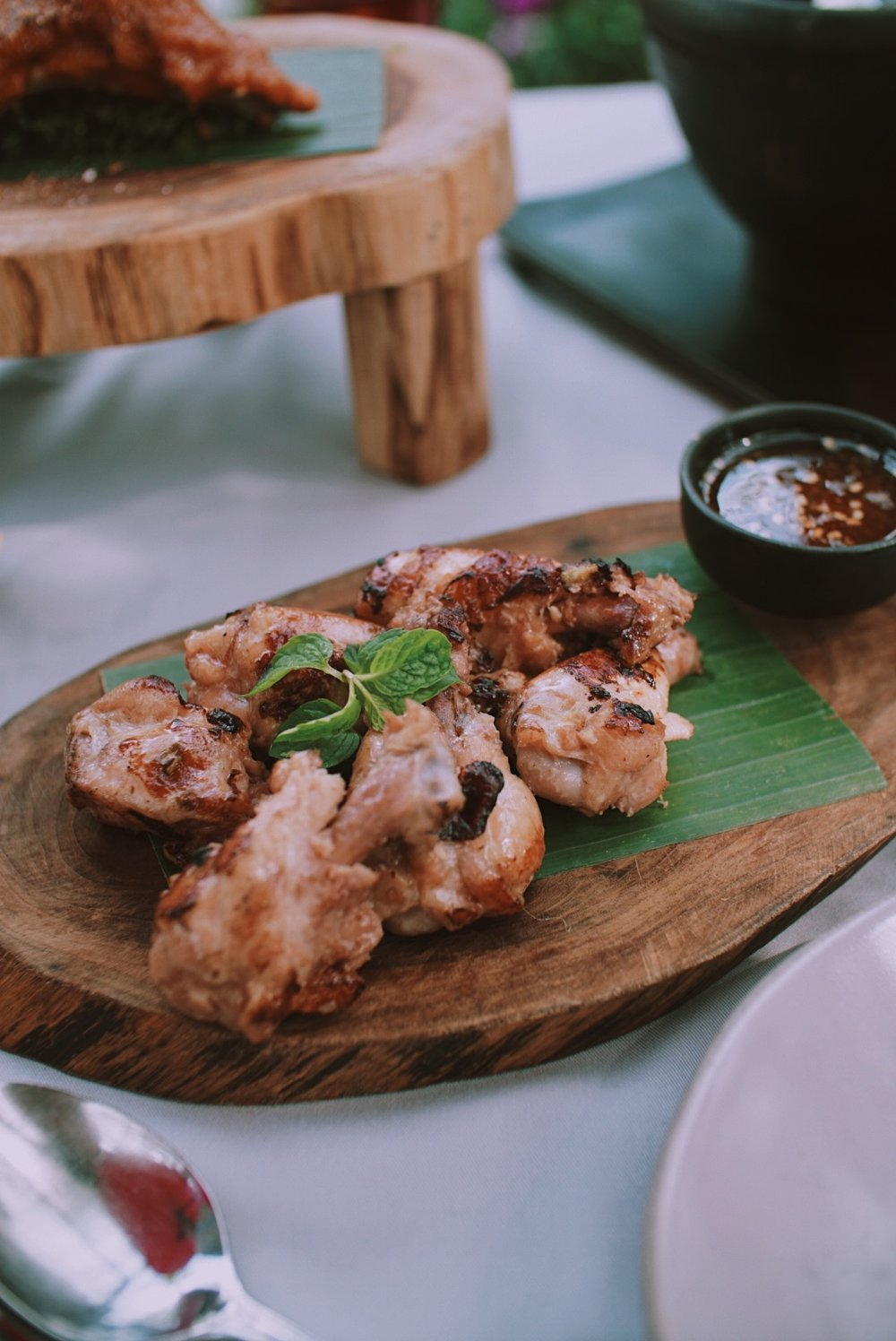 Menu makan siang kami di hari pertama, di restoran Manda de Laos dekat hotel: ayam goreng yang dibumbui rempah manis dan sambal ala Laos (agak asam manis gitu). Enakk!