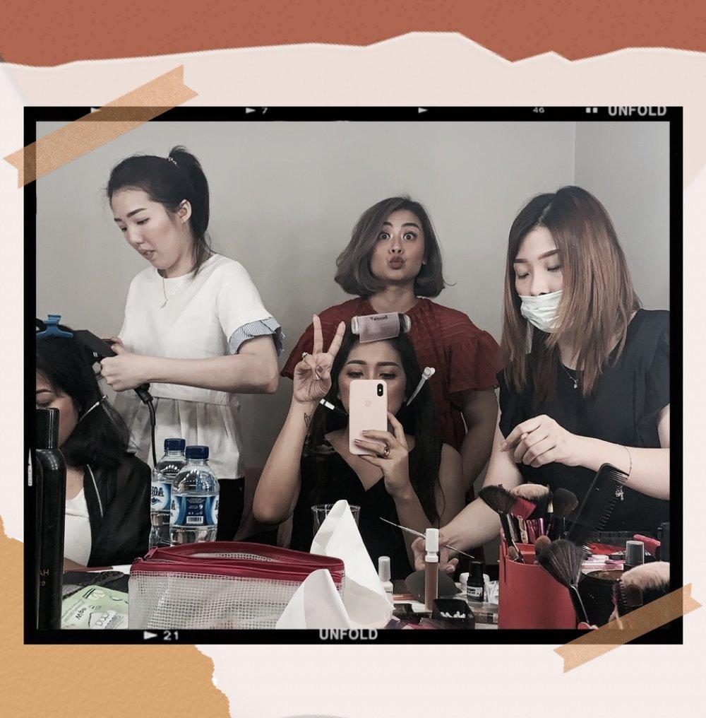Behind The Scene  saat saya dan teman-teman (salah satunya Andra, yang nampak disini) sedang di- makeup  sebelum  lookbook photo session  berjalan.