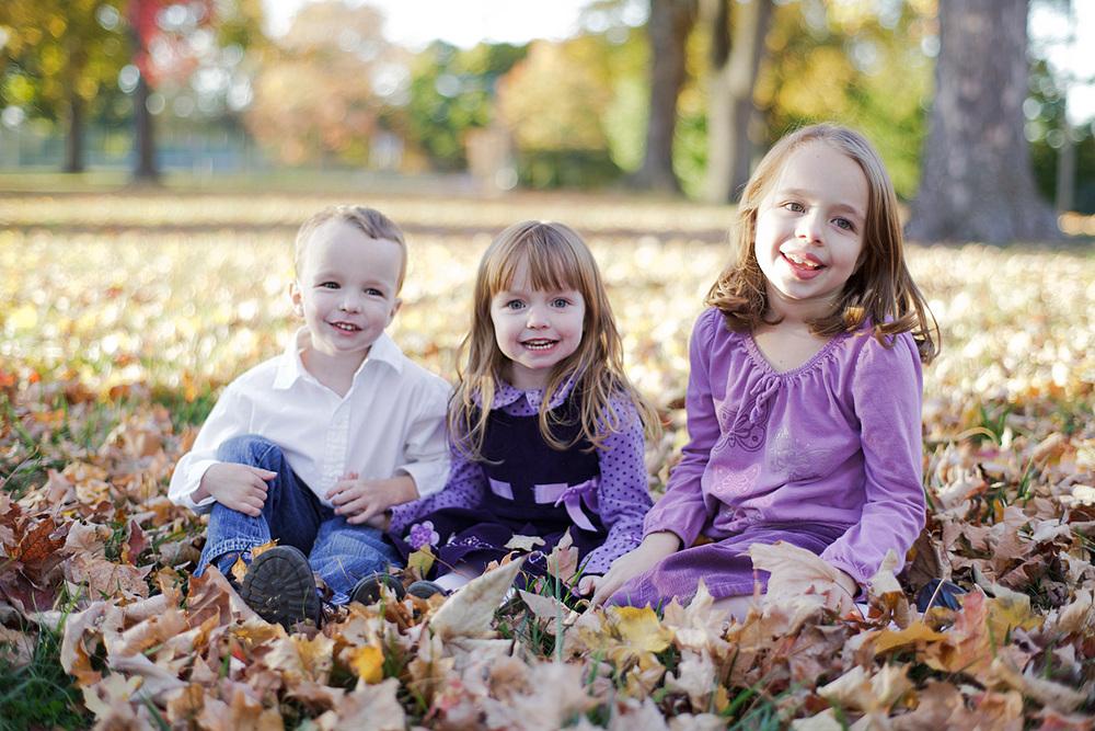 9-Autumn-Family-Portrait-Children-Sitting-Leaves-Laughing-Ken-Bruggeman-Photography-York-PA.jpg