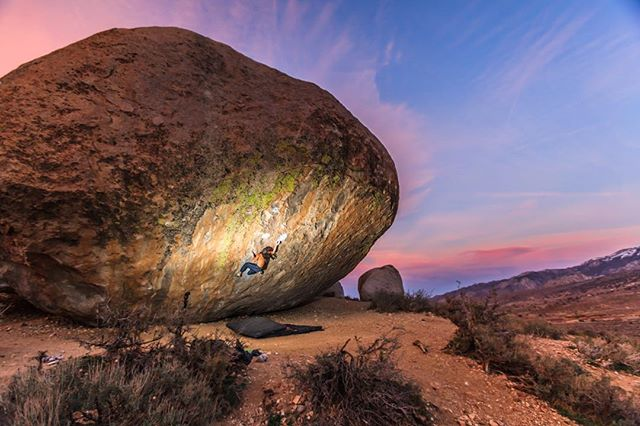 The very casual @psyched_mike pulling on Evilution, Buttermilks, Bishop, CA. Fun times in a spectacular place. Shout out if you headed the this weekend 🙌🏼