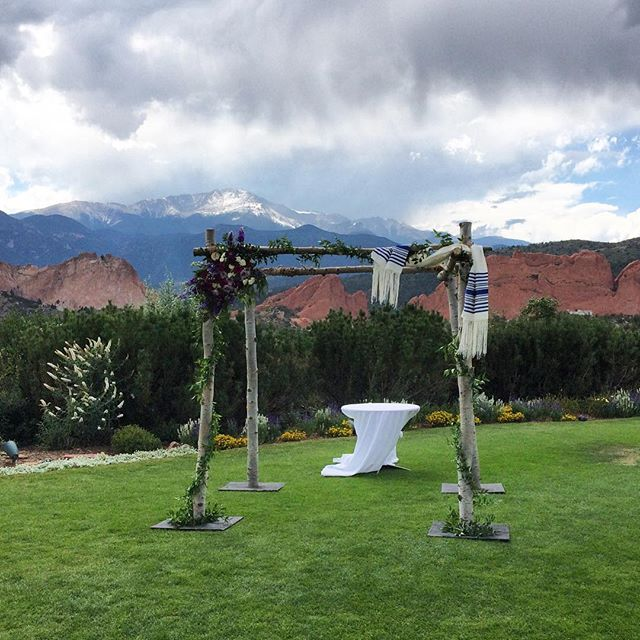 Could this have been any prettier a setting?! I think not! #gardenofthegodsclub #gardenofthegodswedding #coloradowedding #chuppah #pikespeak