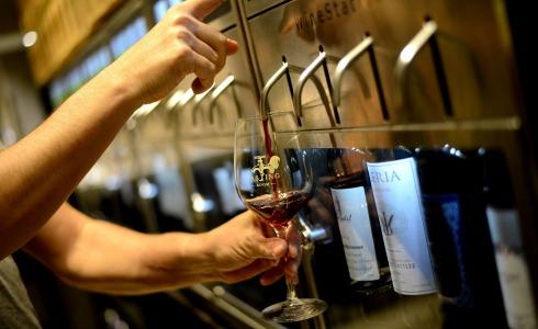 """העתיד האלכוהולי נמצא כאן. חוץ מזה, יש גם ממ""""ד. הטייסטינג רום (צילום: רן בירן)"""