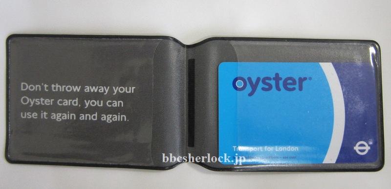 窓口で買うともらえるパスケースに入れたオイスターカード