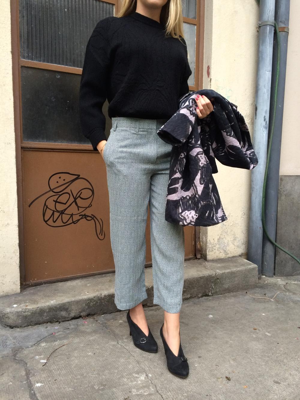 Silhouette PARADIGME/ Manteau,pullover CEDRIC CHARLIER portés avec un pantalon chevron CHRISTIAN WIJNANTS. Escarpins CHIE MIHARA.