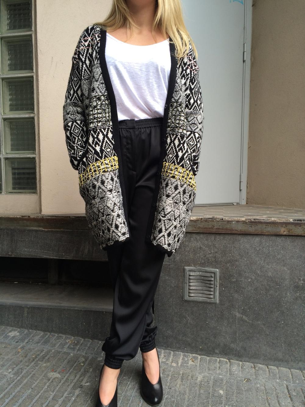 Silhouette Paradigme/ Pantalon CEDRIC CHARLIER/ Top VELVET/ Long gilet CHRISTIAN WIJNANTS/ Escarpins COCLICO.