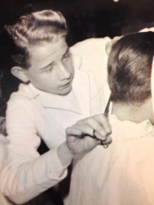 Georg Staudt jr. beim Preisfrisieren 1956