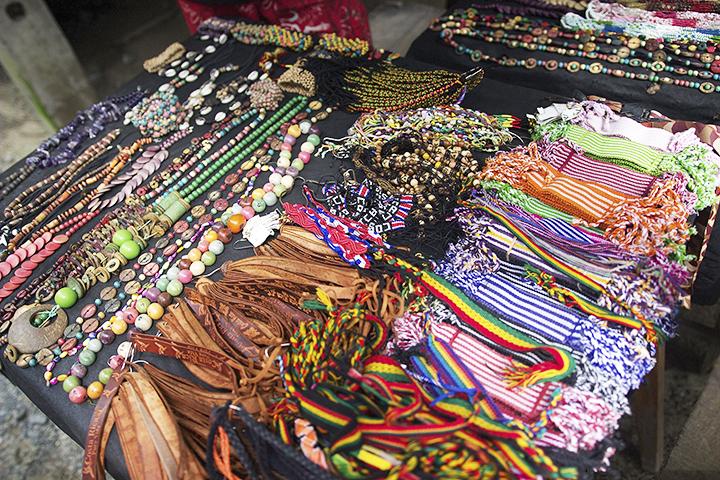 Vendors in Puerto Viejo sale jewelry, bags, tee shirts and braid hair.  Los vendedores en Puerto Viejo venden joyería, bolsos, camisetas y trenzan el cabello.