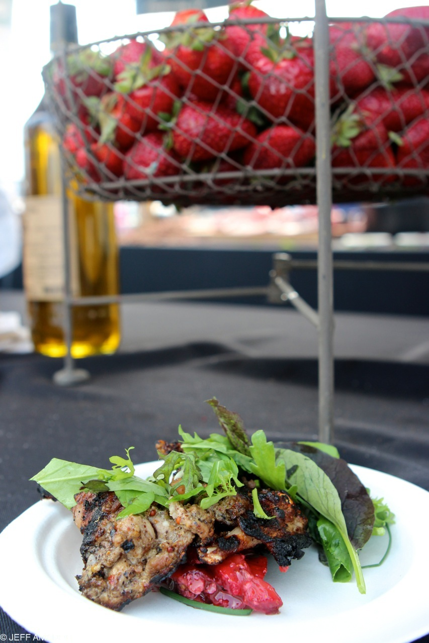 Grilled quail with greens and strawberries