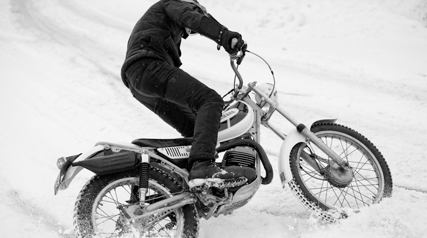 Keeping one's balance on a very snowy road isn't that easy... Especially on 2 wheels.