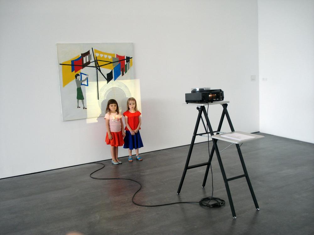 Anna en Lotte in een werk van Olivier Foulon, Wiels,Un-scene II.