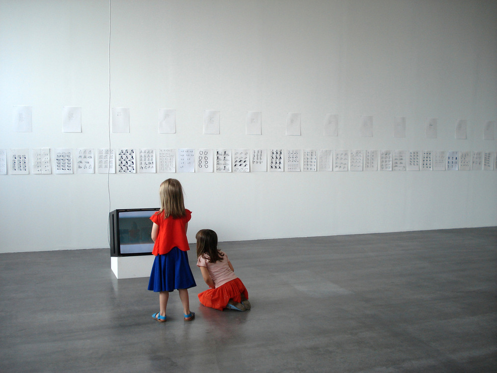 Anna en Lotte voor de 'televisie' van Gerard Herman, Wiels,Un-scene II.