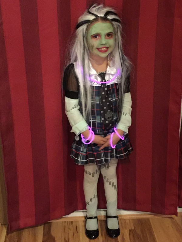 A good costume - This little Monster High  character can see perfectly and her costume does not drag on the ground. She has glow light bracelets and necklace to be easily seen in the dark.